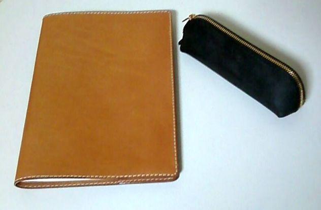 一つはノートカバー。 B5サイズのノート用です。 仕事でのノートはB5サイズを長年愛用。 銘柄は無印良品のダブルリングノートと決めている。  105円!\(^o^)/